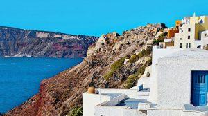 B5XP3T Narrow steps alongside white wall in Oia, Santorini, Greece